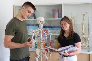 Laura Baikowski und Hendrik Thölking möchten Physiotherapeuten werden.